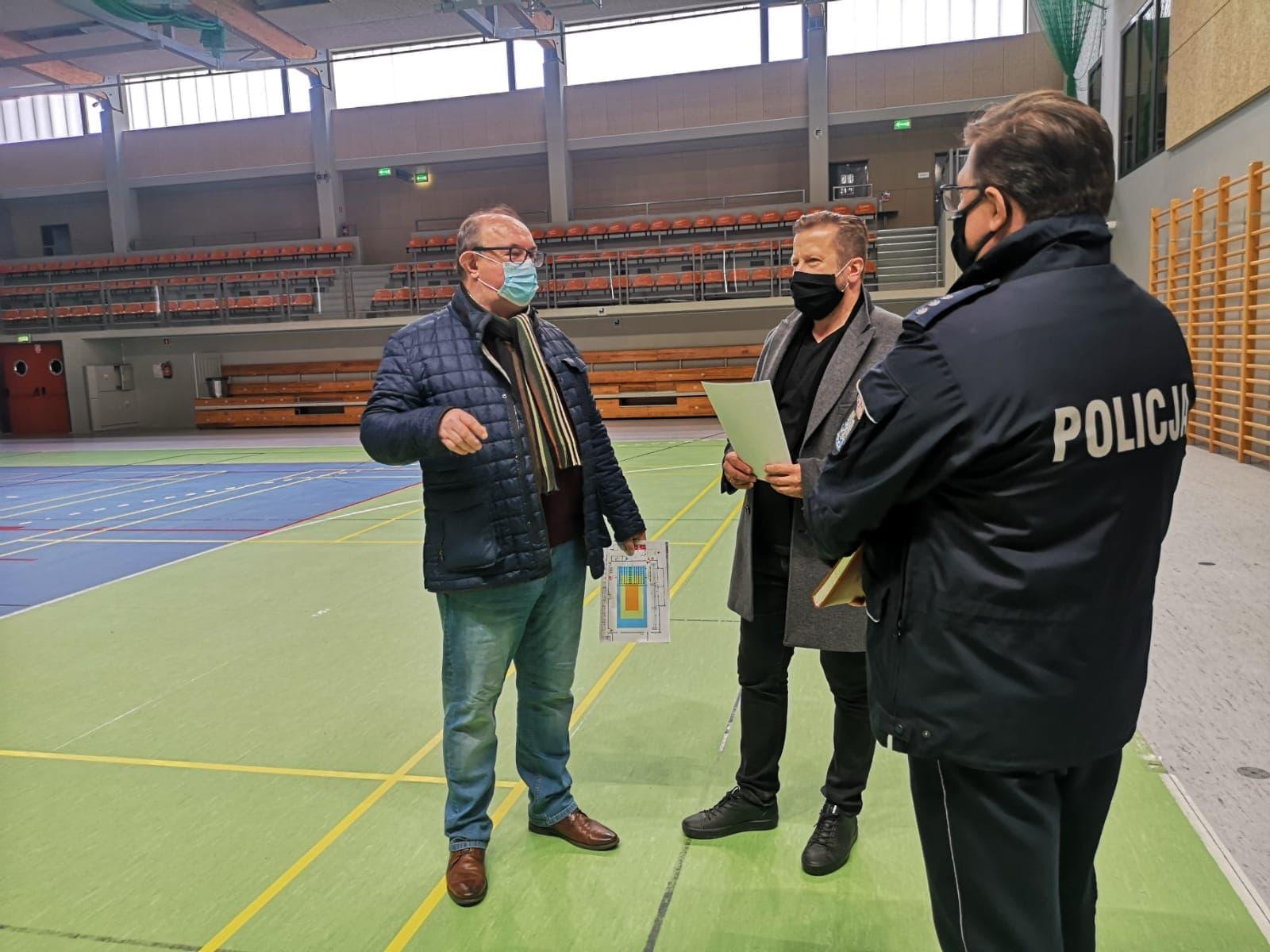 burmistrz z komendantem na sali sportowej