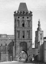 Widok wieży po 1958 r. od strony zewnętrznej (Rataj), już zwieńczonej hełmem