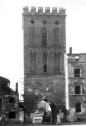 Wieża po wojnie. Widok od strony rynku. Widoczne wypalone domy stojące przy wieży