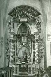 Ołtarz ambonowy stojący na ścianie północnej kościoła św. Jerzego