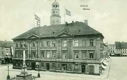 Ratusz po 1911 r. Po 1930 r. widoczne sklepy zostały zlikwidowane