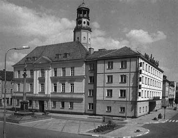 Budynek ratusza z lewej. Z prawej budynek hotelu Śląsk