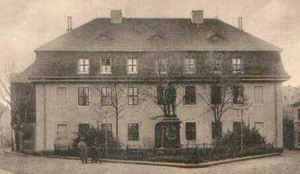 Przed 1916 r. dodano jedno mieszkalne piętro na istniejącej mansardzie