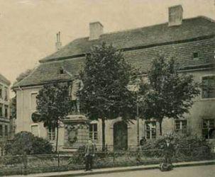 Dom Wdów z dachem mansardowym i pomnikiem Bismarcka. Widok z ok. 1910 r.