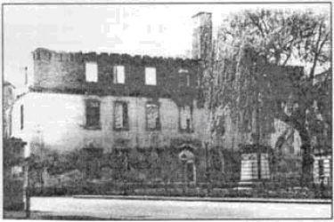 Stan budynku sprzed 1955 r. Jeszcze stoją mury mansardy, które później zostały rozebrane.