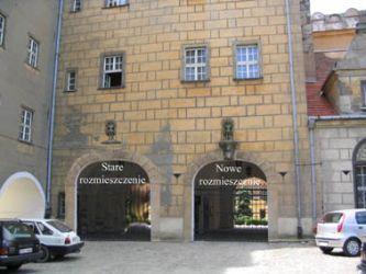 Fotomontaż pokazujący rozmieszczenie nowego i starego wejścia (wjazdu) na teren dziedzińca zamkowego