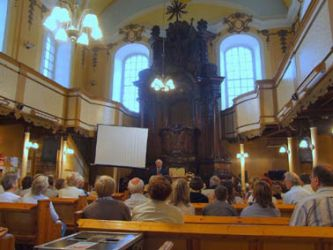 Widok ogólny wnętrza kościoła. Widoczny ołtarz ambonowy i empory (balkony). Fot. P. Szczegodziński